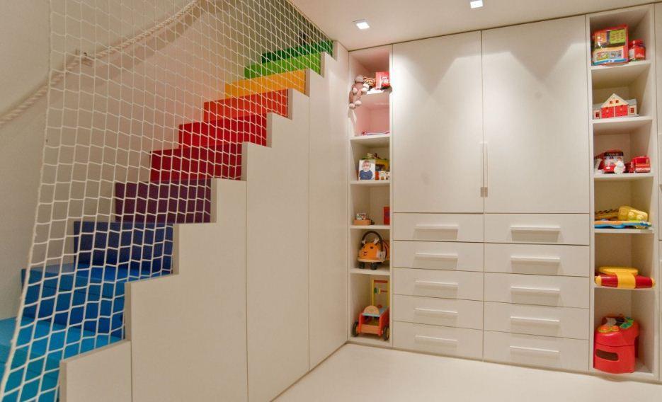 Радужная лестница в детской комнате