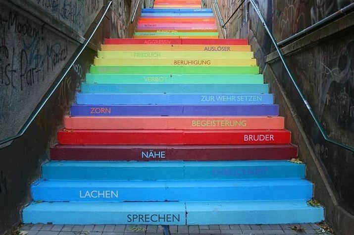 Радужная лестница в городе Вупперталь ( Германия).