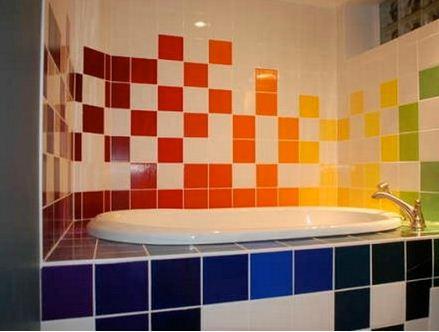 Керамическая плитка разных цветов станет украшением ванной.