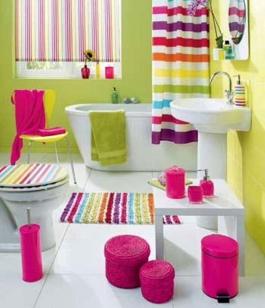 Радужные аксессуары в ванной комнате
