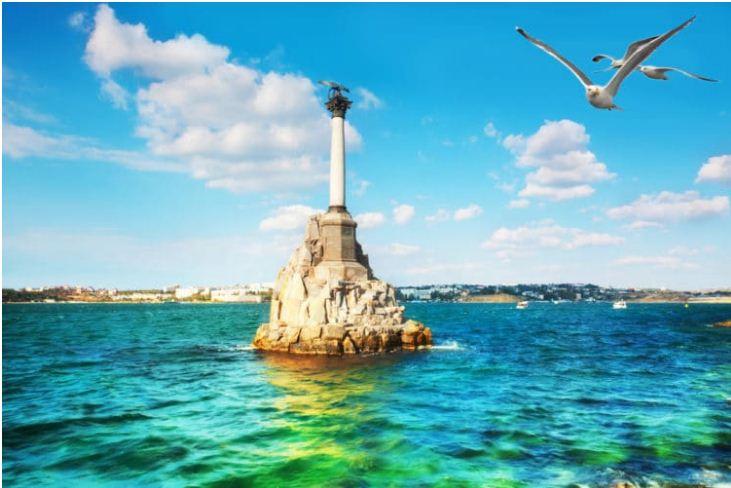 Памятник затопленным кораблям в Севастопольской бухте