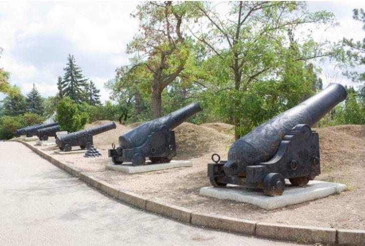Орудия XIX века на месте батареи № 17 Сенявина ( Малахов курган)