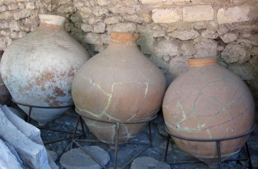 Древние амфоры, найденные в Херсонесе во время раскопок.