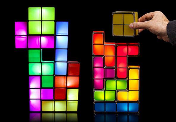 """Лампа - конструктор """" Tetrominos"""" органично вписывается в радужный интерьер."""