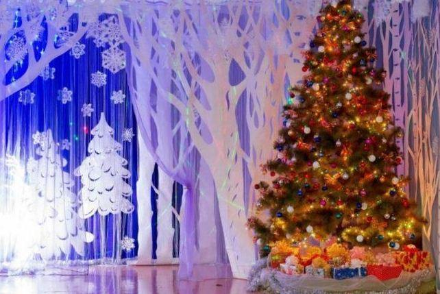 Украшенная елка занимает центральное место в праздничном оформлении зала.