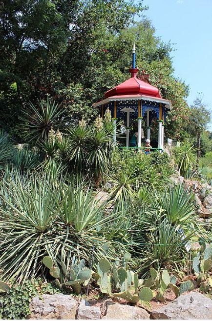Беседка в китайском стиле - визитная карточка ботанического сада в Ялте.