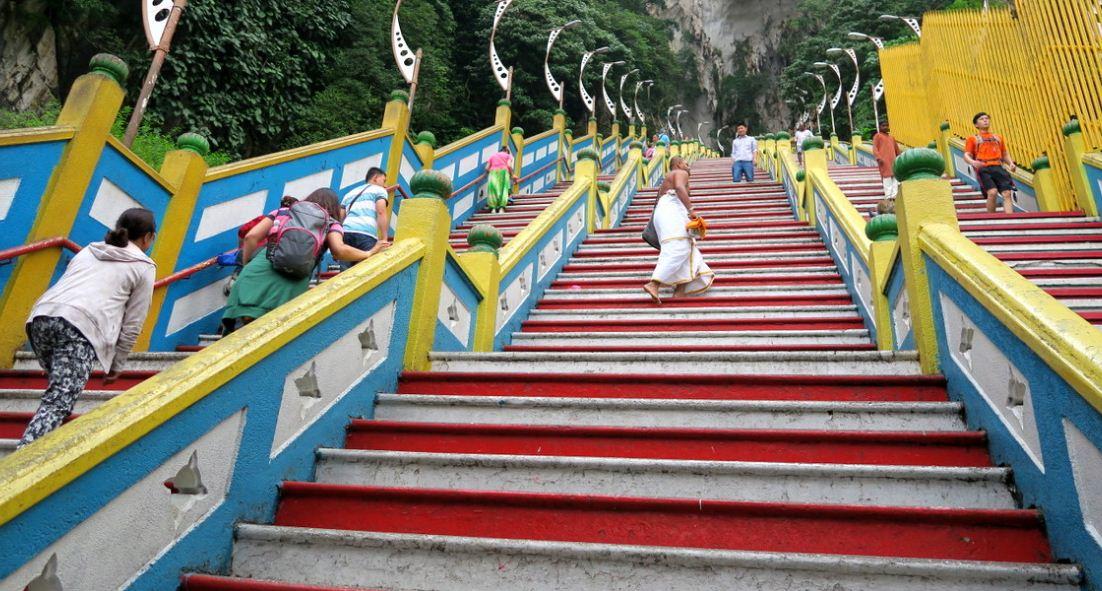 Лестница к пещерам Бату состоит из 272 ступеней