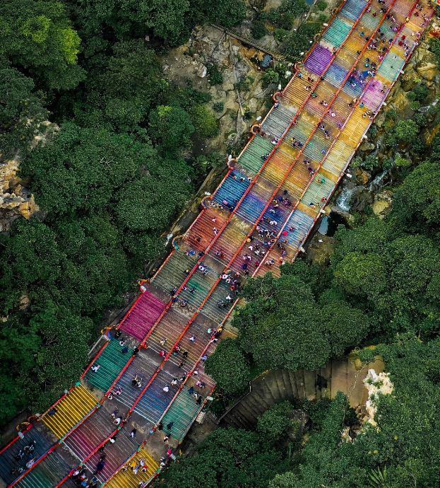 Радужная лестница к пещерам Бату ( Малайзия)