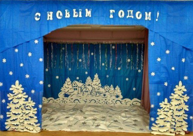 Новогодняя композиция на центральной стене в музыкальном зале.