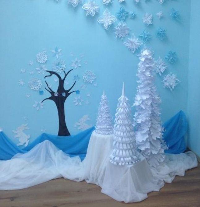 Объемные фигурки елочек - фрагмент праздничного украшения зала