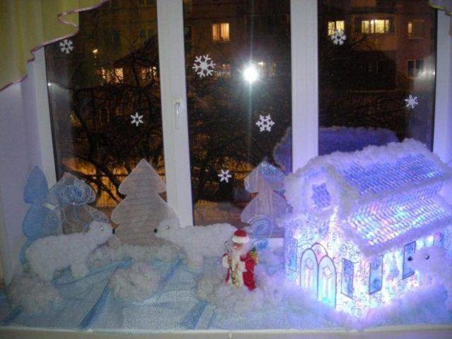 Подоконник украшен новогодней композицией с подсветкой
