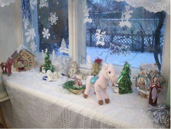 В декоре подоконника использованы традиционные новогодние элементы