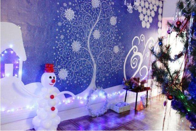 Красочное оформление стен в новогодней тематике