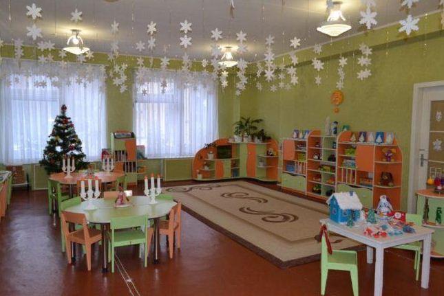 Лаконичный декор групповой комнаты к новогоднему празднику