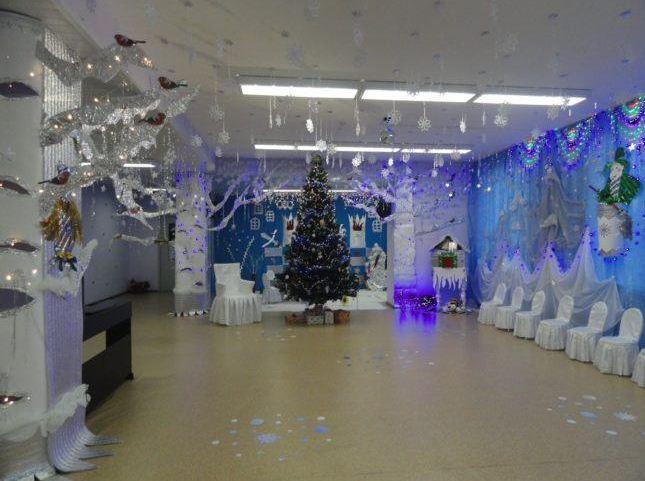 Декор музыкального зала в бело-голубых тонах