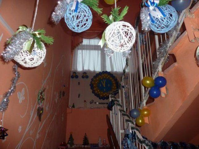 Лестничное пространство украшено цветными шарами из ниток