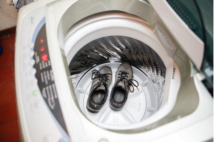 Каждую пару обуви стираем отдельно.