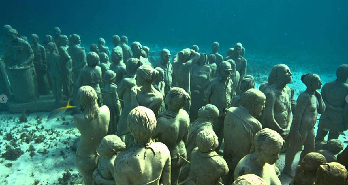 Собрание каменных людей на дне Карибского моря.