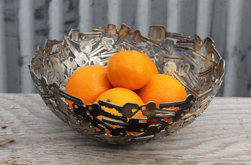 Металлическая резная ваза с апельсинами