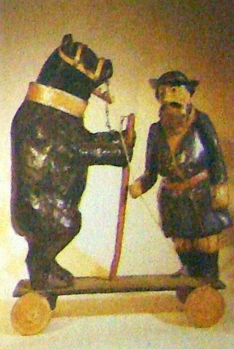 Мужик с медведем - каталка ( папье-маше, дерево). Автор - А. А. Рыжов ( 1880-е годы).