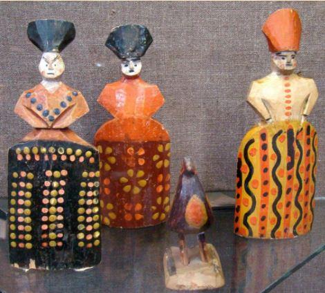 Гороховецкие деревянные куклы отличаются массивностью форм и яркой росписью.