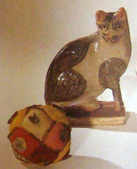 """Кошка на """" пищике"""" ( II половина 20 века). Мяч """" гремучий"""" - погремушка ( начало XX века)."""